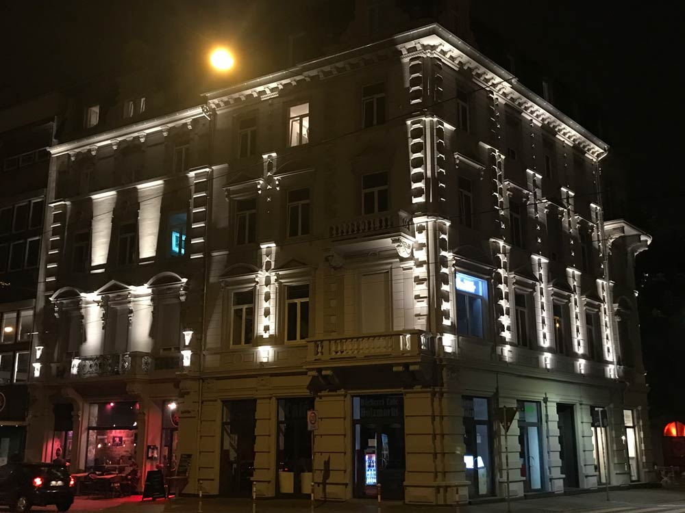 Außenbeleuchtung lässt die Fassade bei Nacht strahlen