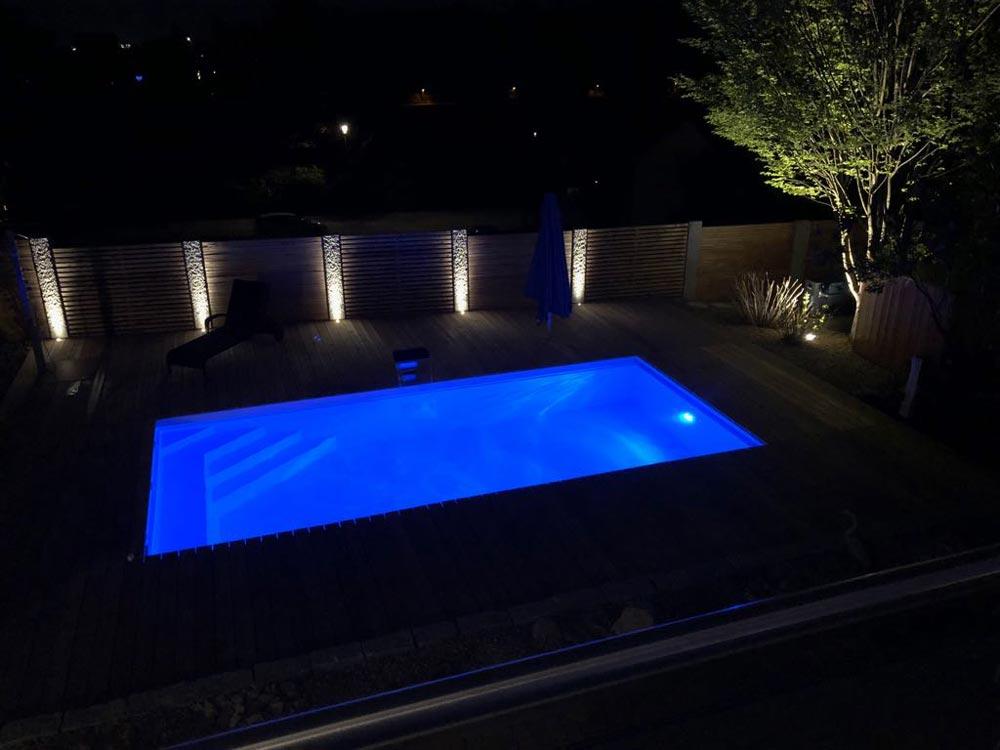 Außenbeleuchtung für den Pool bei Nacht