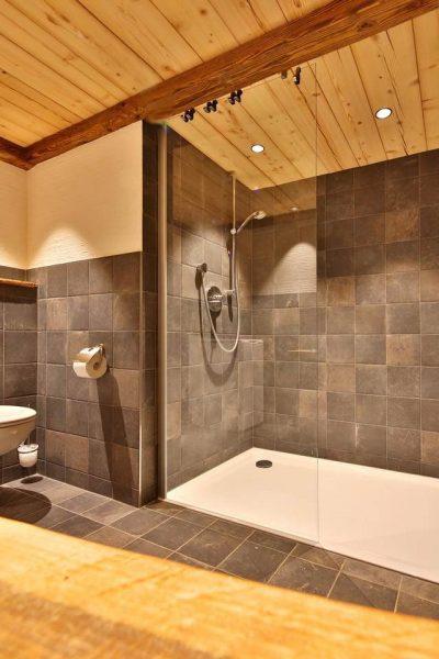 Warme und helle Beleuchtung im Badezimmer