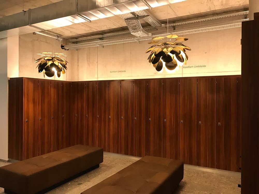 Schicke Lampen veredeln die Komfort-Umkleide