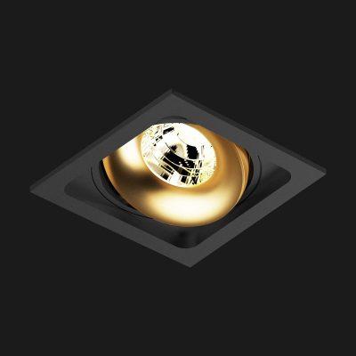 Goldfarbene Einbauleuchte in schwarzem Rahmen, kippbar