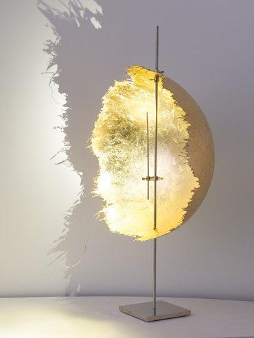 Goldene Tischlampe und Designerlampe von Lichtraum Freiburg