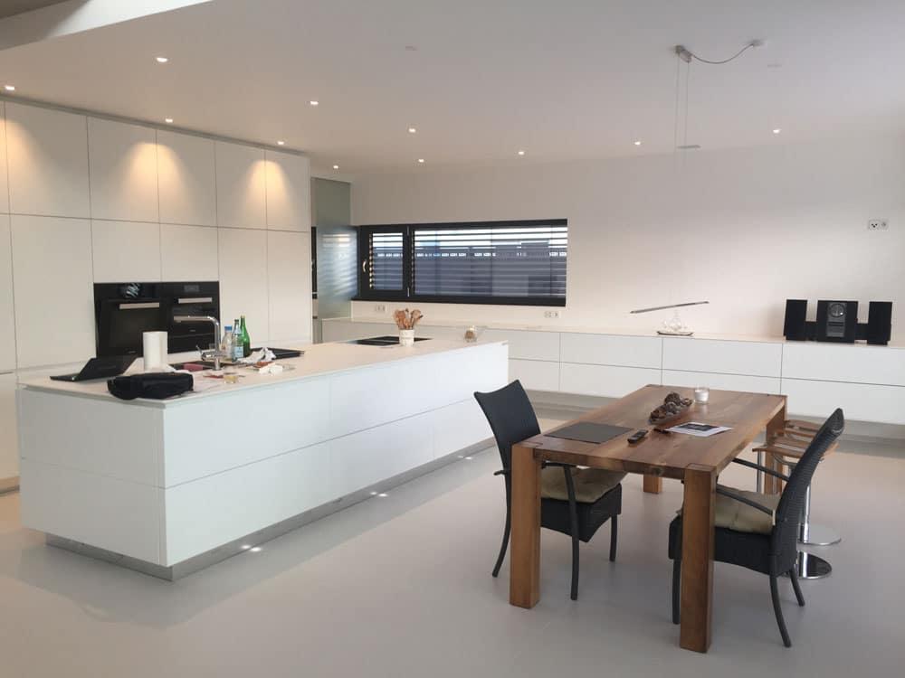 Warmes Licht im optischen Einklang mit moderner Küche