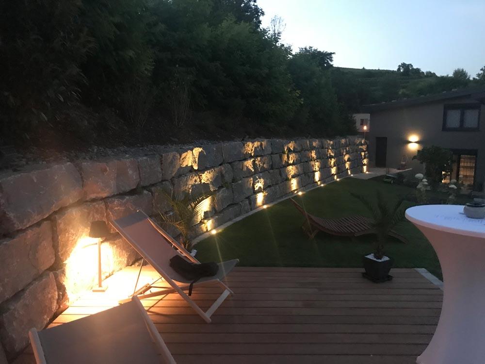 Lichtelemente für die Gartenanlage in der Dämmerungszeit