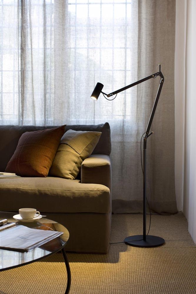 Moderne Stehlampe als Ecklampe nutzen