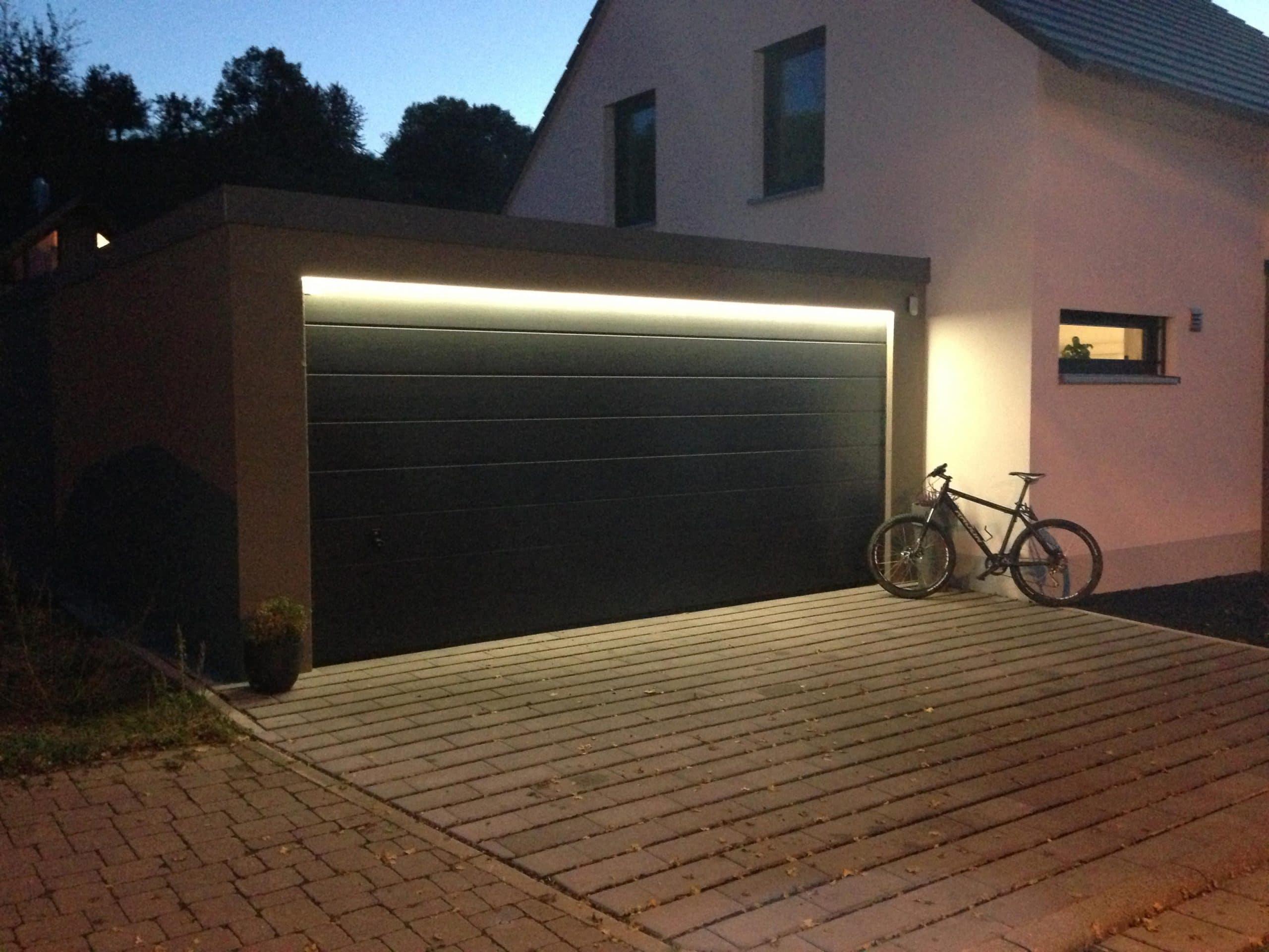 Zurückhaltend, aber effektiv: Lichtband über der Garage
