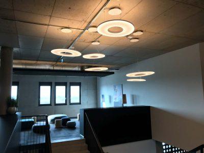 Runde Deckenlampen im Referenzobjekt Verso Fitness