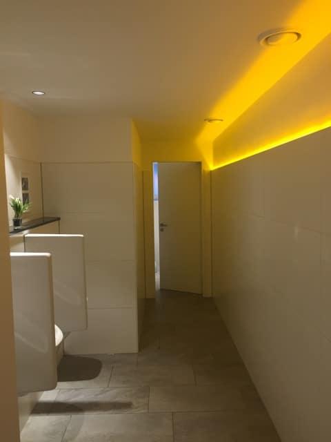 Sanitärbeleuchtung mit gelb leuchtenden Lichtband