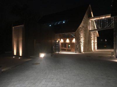 Aussenbeleuchtung der Talvogtai bei Nacht