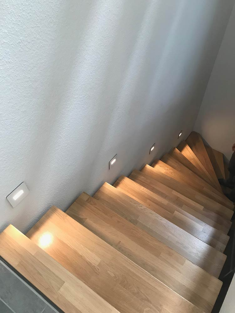 Treppenstufen dank Wandleuchten perfekt in Szene gesetzt