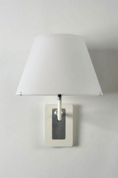 Wandleuchte mit weißem Lampenschirm