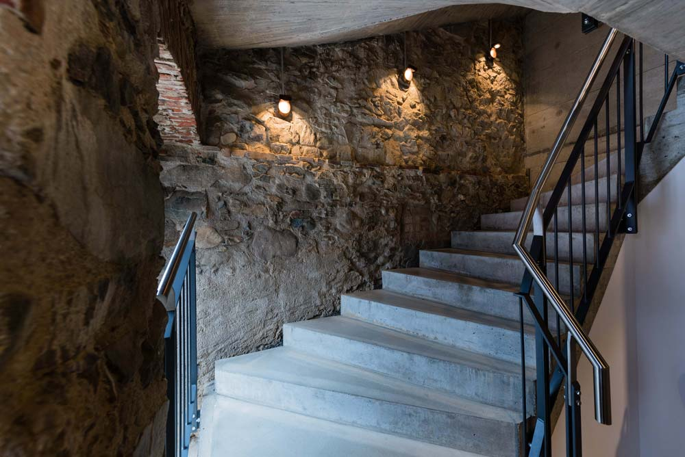 Warmes Licht trifft Steinmauer – Talvogtei Kirchzarten