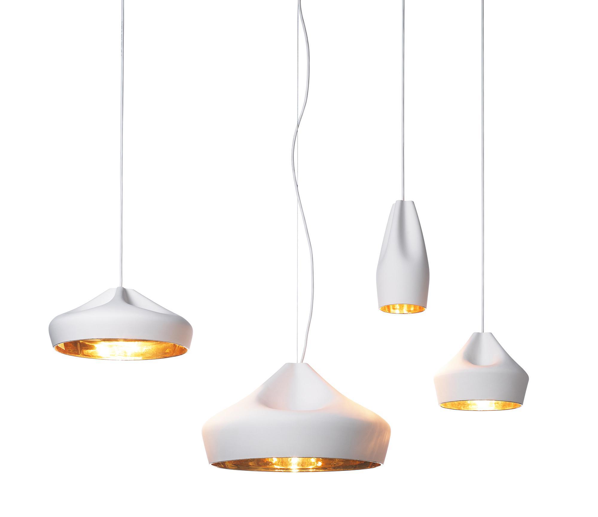 Weiß-goldene Pendelleuchten in unserer Lichtausstellung in Freiburg