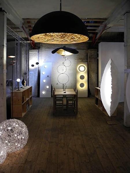Weiße, moderne Schalen Stehleuchte bei Lichtraum